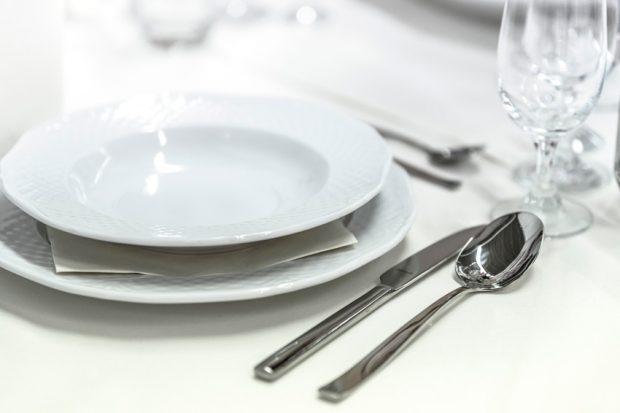 Guia-rapida-como-usar-los-cubiertos-en-la-mesa